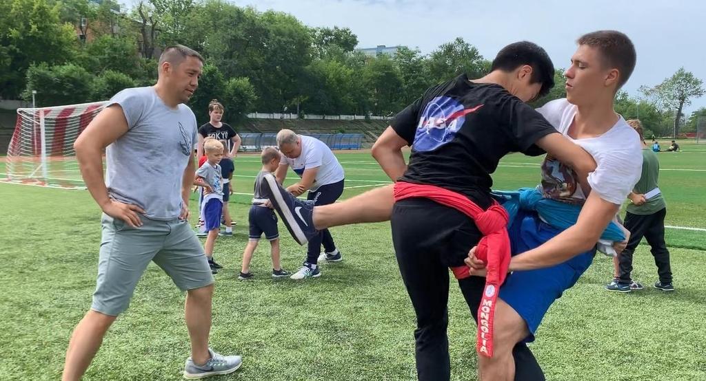 13日競技場で練習するロシア沿海州シルム協会所属の選手たちの様子